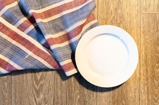 Prato branco em uma toalha de mesa