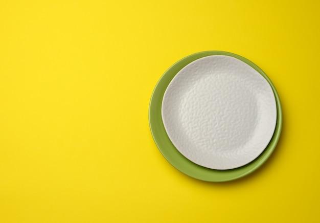 Prato branco redondo vazio para pratos principais, vista de cima, espaço de cópia