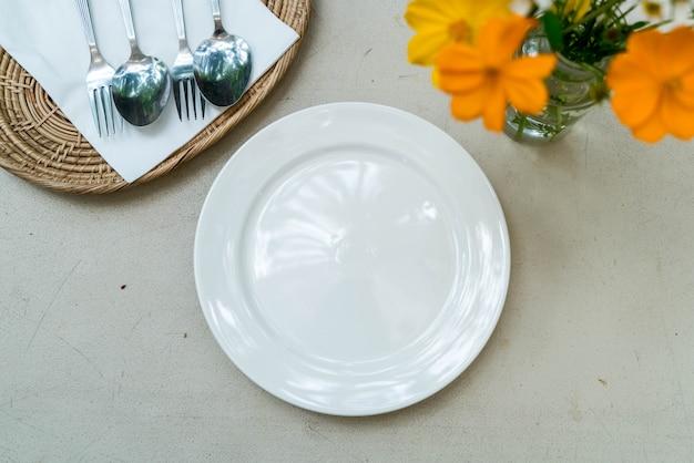 Prato branco vazio na mesa