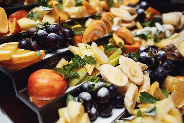 Prato cansado servido com frutas em fatias