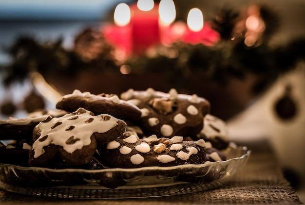 Prato cheio de gingerbreads de natal