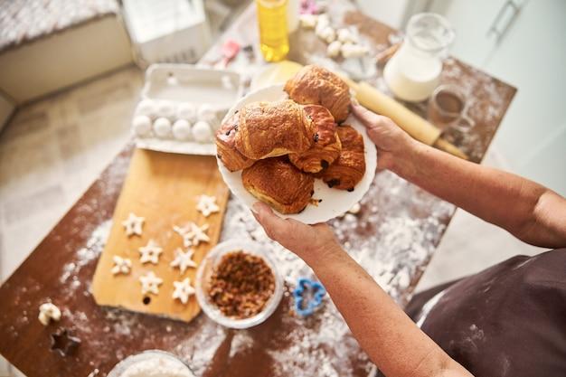 Prato cheio de pastéis recém saídos do forno