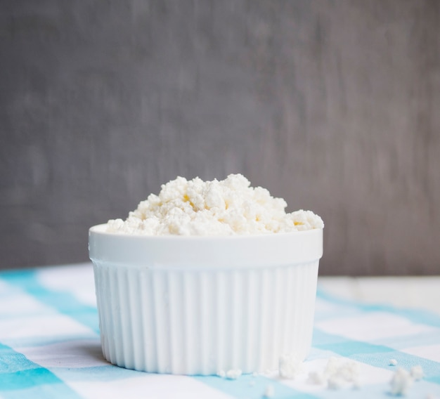 Prato cheio de queijo cottage