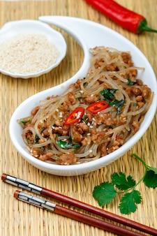 Prato chinês de macarrão de vidro de amido (arroz, batata, feijão) com carne