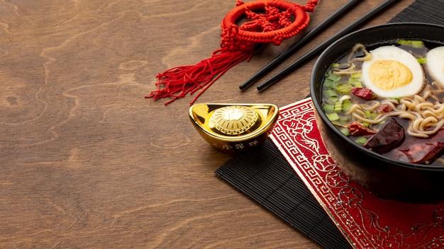 Prato chinês do ano novo de ângulo alto