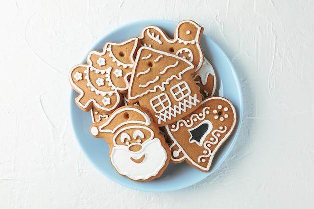 Prato com biscoitos de natal em branco, vista superior. espaço para texto