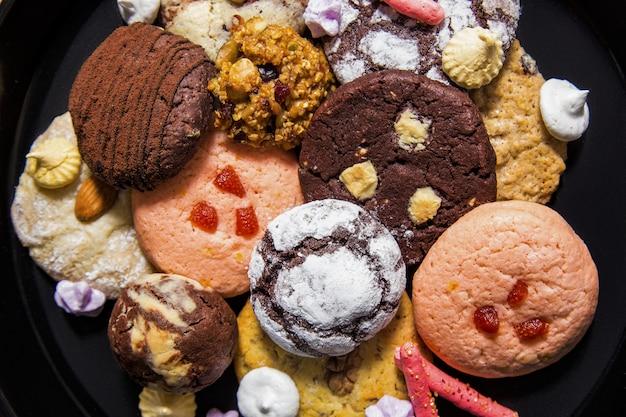 Prato com biscoitos e pão de gengibre closeup