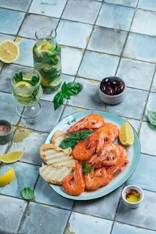 Prato com camarão e limonada sobre ladrilho