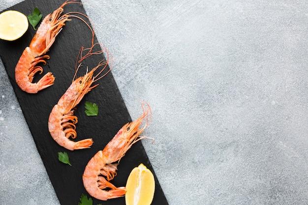 Prato com camarão fresco e limão