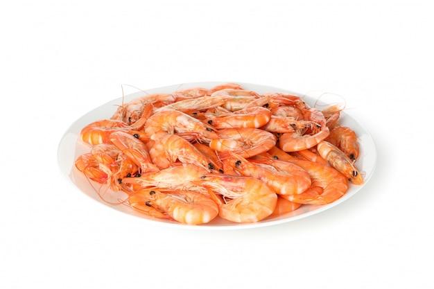 Prato com camarão isolado no fundo branco