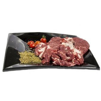 Prato com carne crua e decoração de comida em um fundo branco, objeto isolado