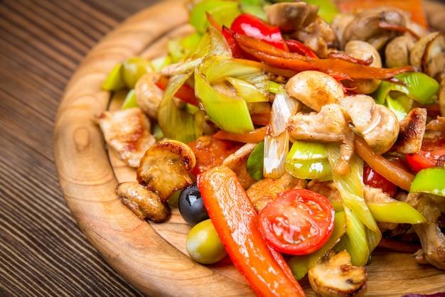 Prato com carne de coelho com legumes