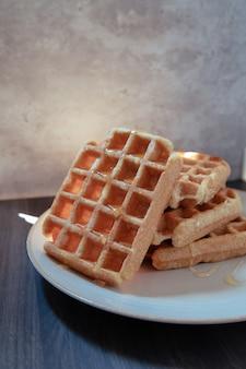Prato com cinco waffles artesanais em um prato branco