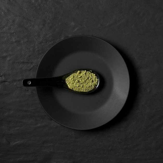 Prato com colher com tempero em pó