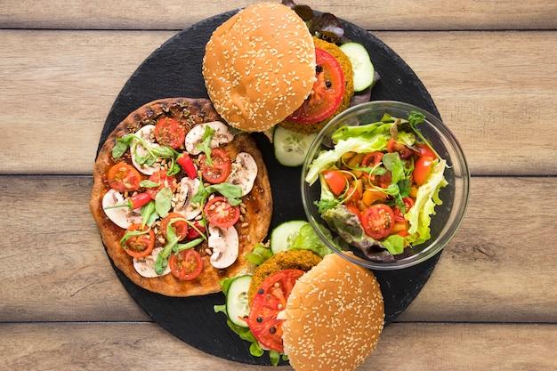 Prato com comida vegetariana deliciosa
