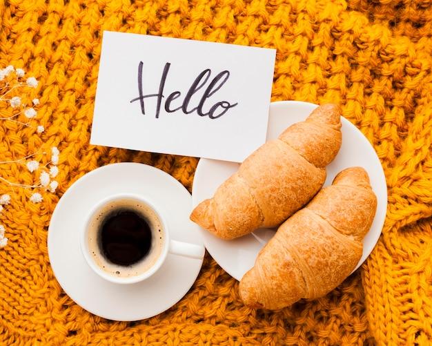 Prato com croissants e café
