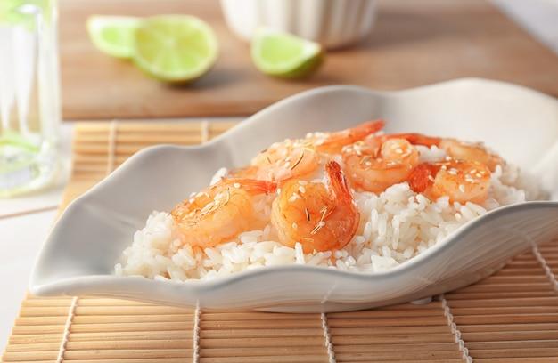Prato com delicioso arroz de camarão frito na mesa