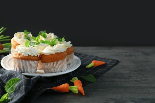 Prato com deliciosos bolinhos de cenoura na mesa