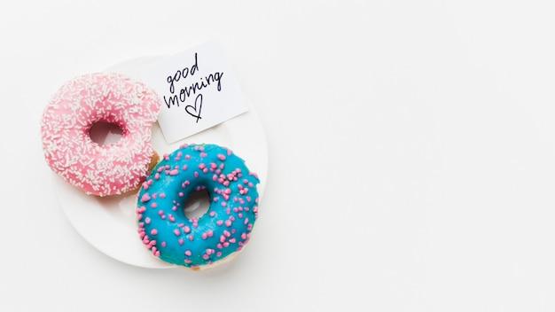 Prato com deliciosos donuts