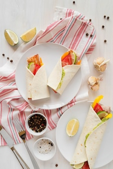 Prato com deliciosos kebab wraps na mesa