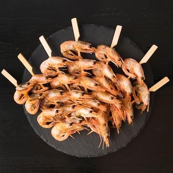 Prato com espetos de camarão