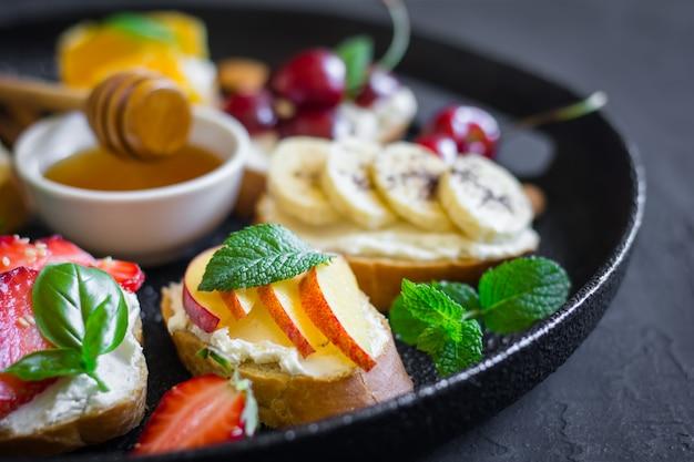 Prato, com, fruta verão, bagas nozes, mel, sanduíches
