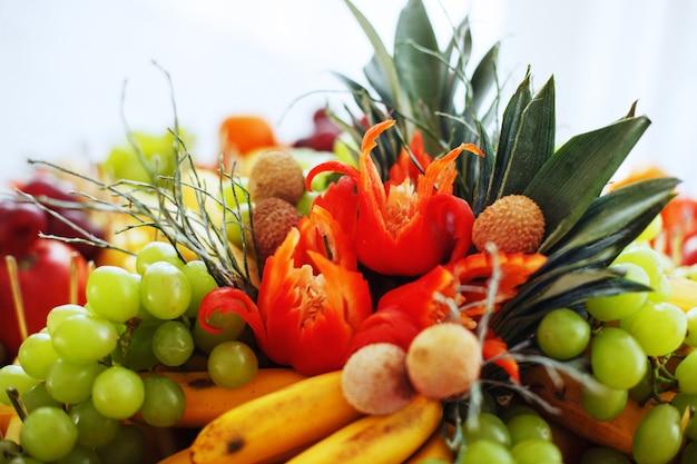 Prato com frutas e legumes.