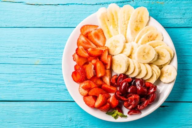 Prato com frutas frescas e frutas