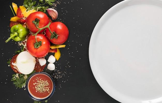 Prato com legumes para pizza