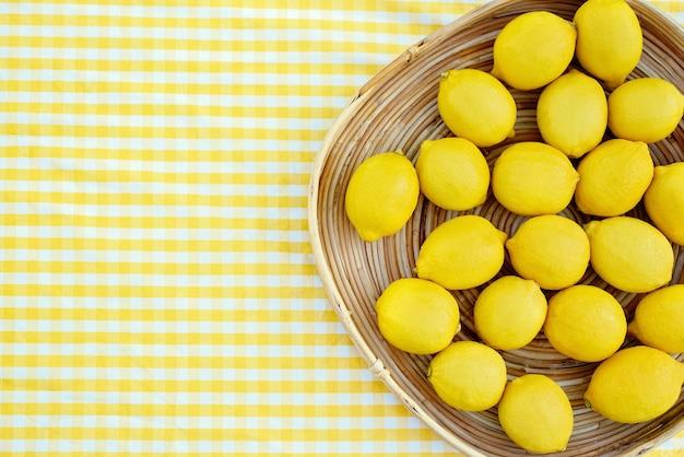 Prato com limões frescos maduros. vista do topo.