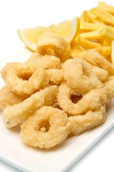 Prato com lulas fritas com batatas fritas