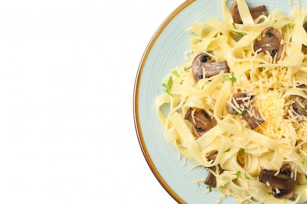 Prato com macarrão, queijo e cogumelos isolados