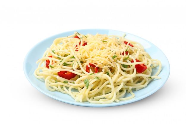 Prato com macarrão saboroso isolado