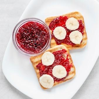 Prato com marmelada e torradas de banana no café da manhã