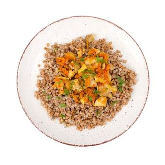 Prato com mingau de trigo sarraceno com legumes e frango, isolado no fundo branco. foto de estúdio