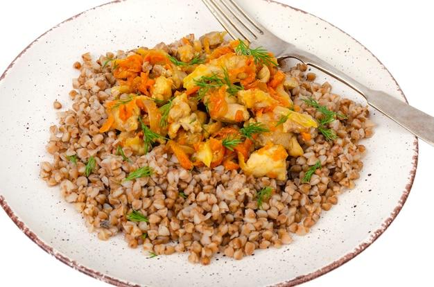 Prato com mingau de trigo sarraceno com legumes