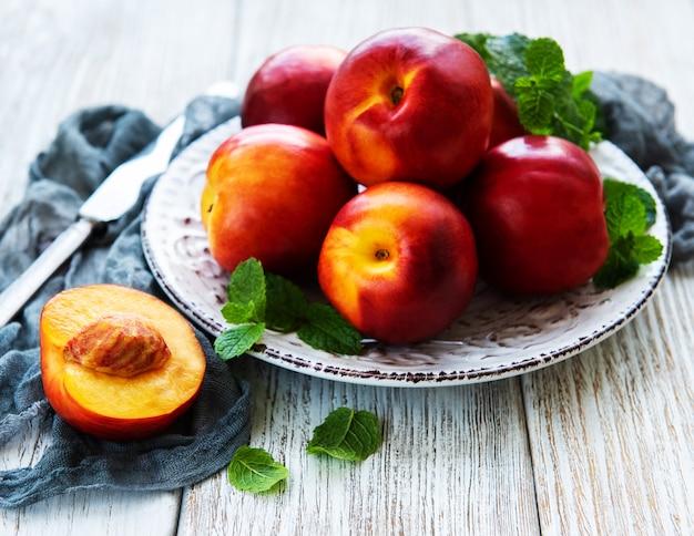 Prato com nectarinas frescas
