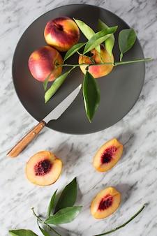 Prato com nectarinas