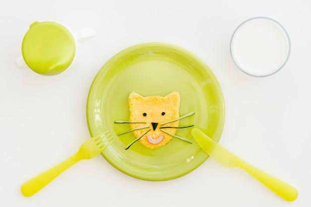 Prato com ovo em forma de gato para bebê