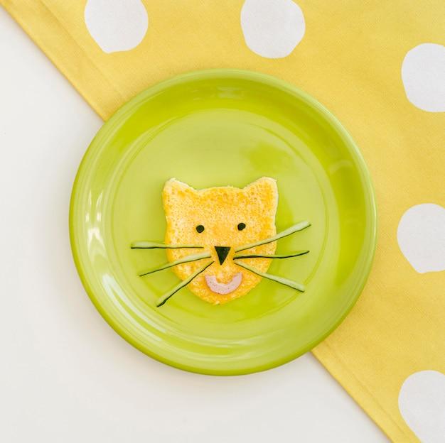 Prato com ovo em forma de gato