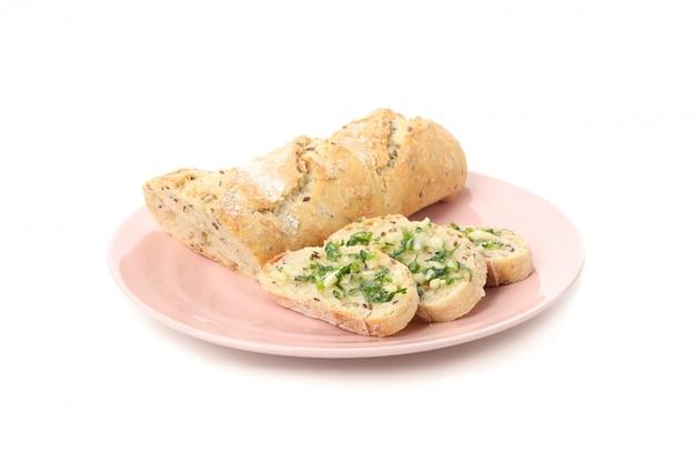 Prato com pão de alho torrado, isolado no branco