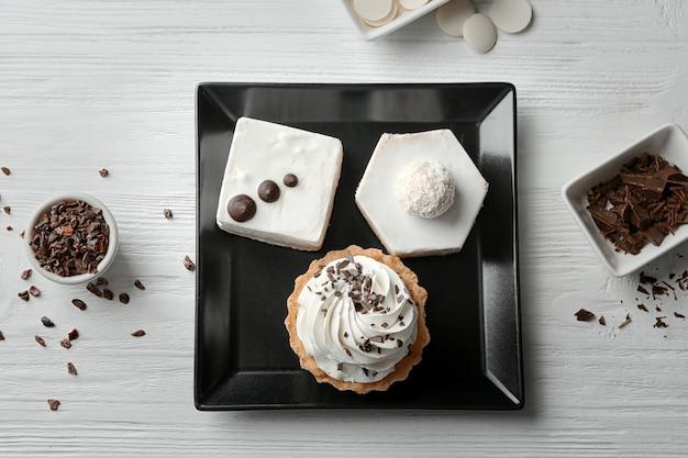 Prato com pastéis saborosos em madeira
