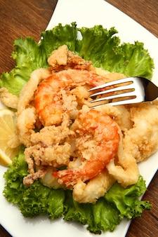 Prato com peixe frito misto
