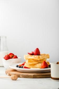 Prato com pilha de waffles com frutas