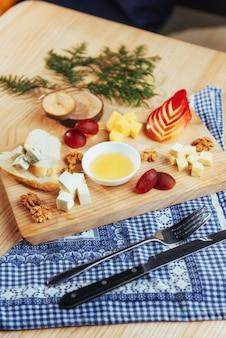Prato com queijo azul dor, parmesão, brie
