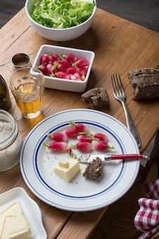 Prato com rabanete e manteiga em uma mesa