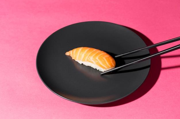 Prato com rolo de sushi fresco
