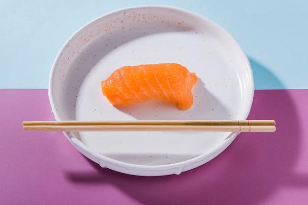 Prato com rolos de sushi