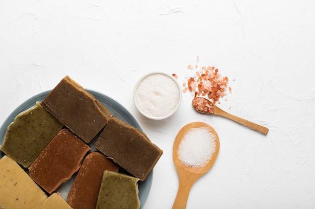 Prato com sabão e sal marinho