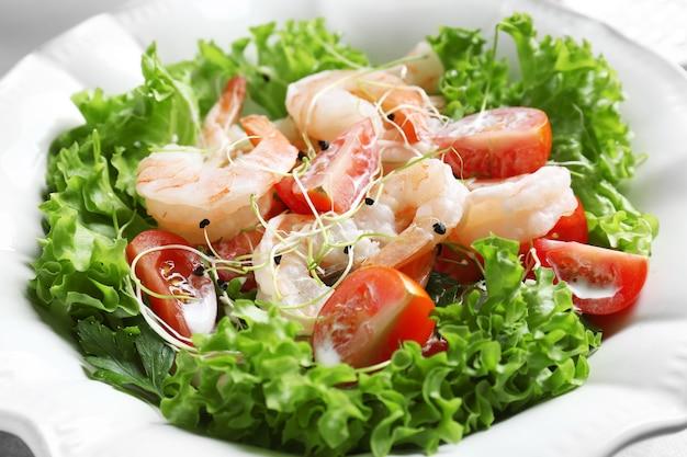 Prato com saborosa salada de camarão fresco, closeup